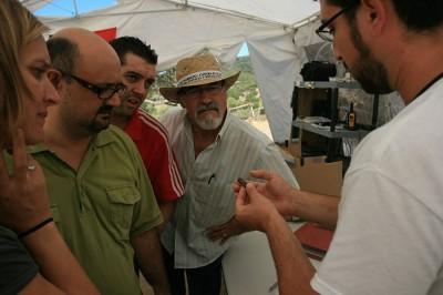Jesús Castro, arquólogo jefe, muestra evidencias balísticas a los concejales