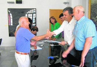 Acto de entrega ayer en Ubrique donde un beneficiaro recibe la ayuda de manos de Manuel Cárdenas