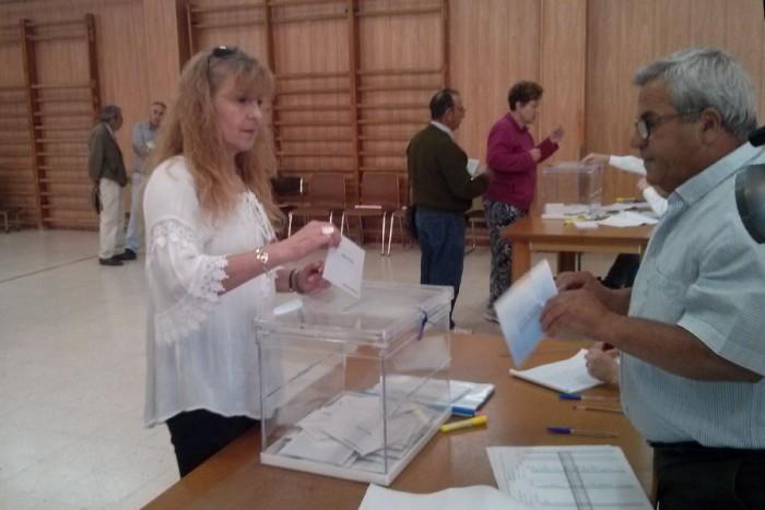 Pepi Morales votando en su colegio electoral