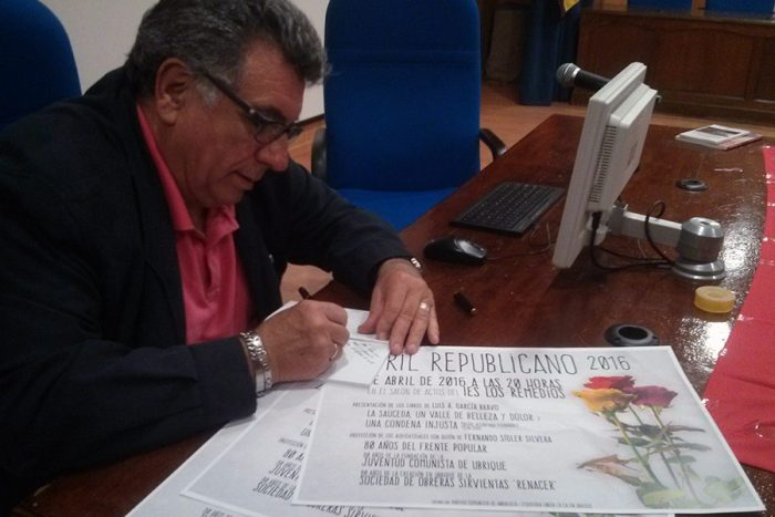 Luis A. García firmando