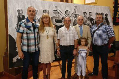 Integrantes de IU ante el cuadro de Agüera
